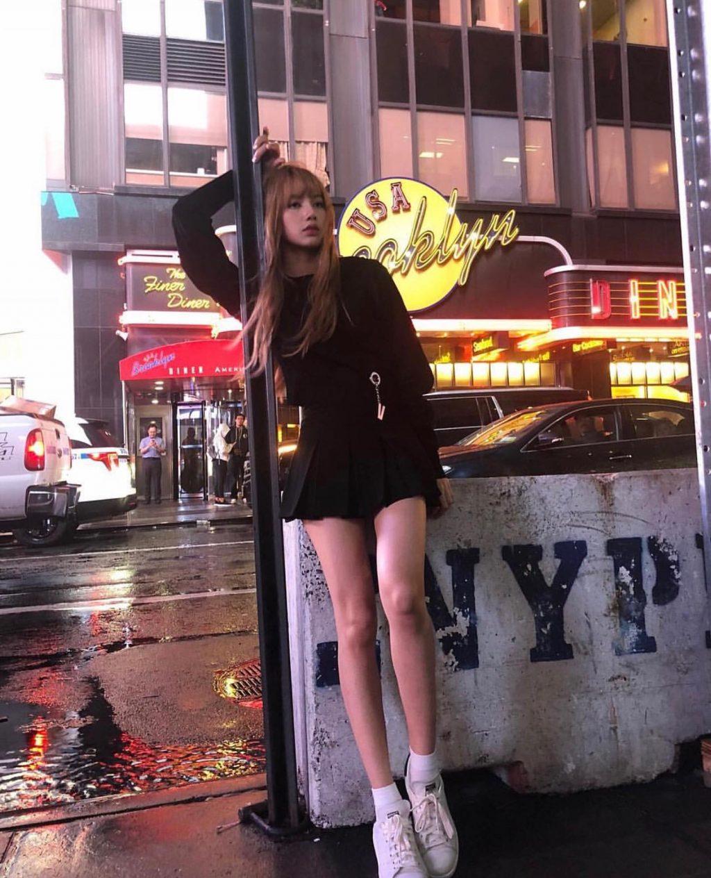 Lisa Blackpink diện sneakers trắng và trang phục tông đen