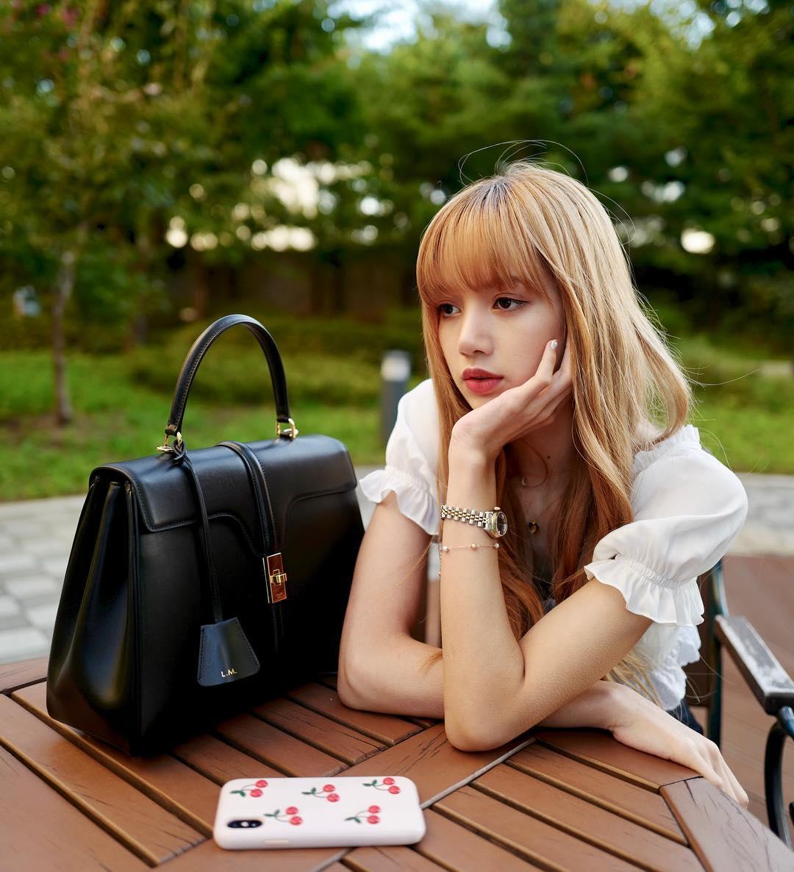Thời trang của Lisa diện áo tay bồng mang phong cách retro
