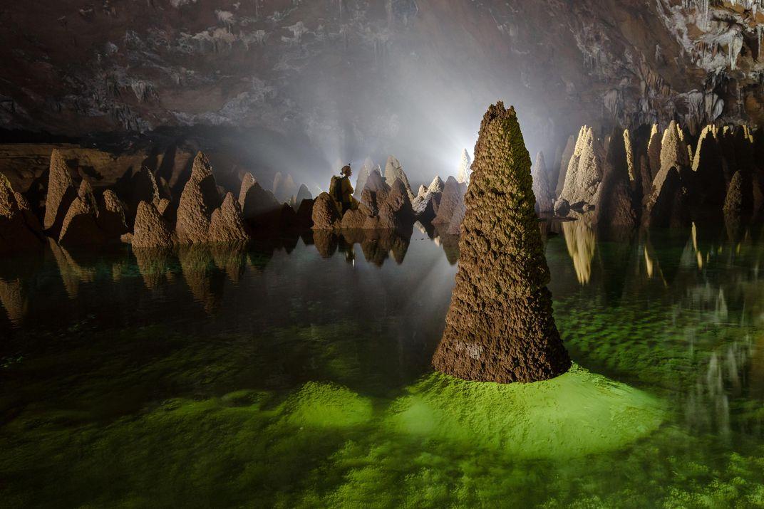 cảnh trong hang vá