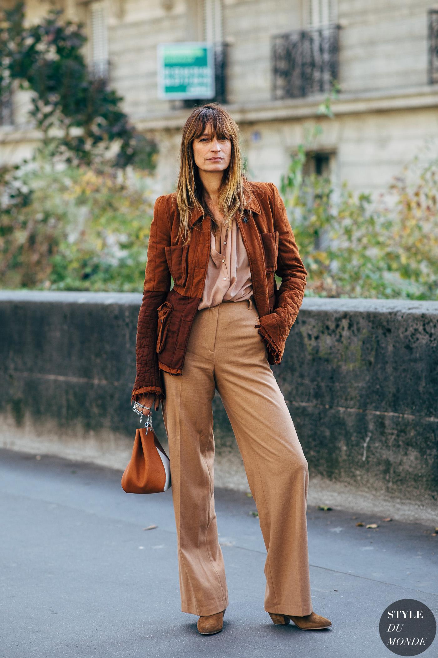 Caroline de Maigret diện trang phục màu nâu trên đường phố