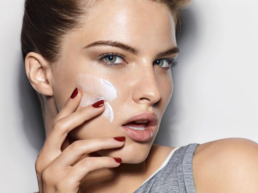 Bạn nên biết rõ hạn sử dụng của các loại mỹ phẩm chăm sóc da. Ảnh: Imaxtree.