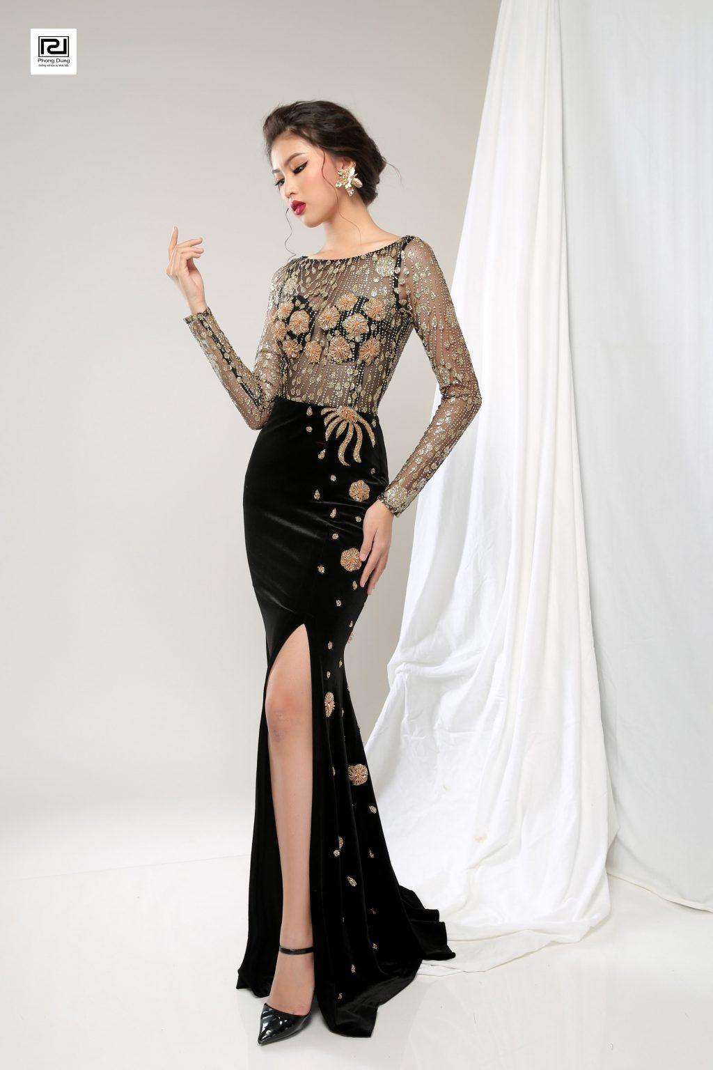 Người mẫu mặc váy đen lộ chân