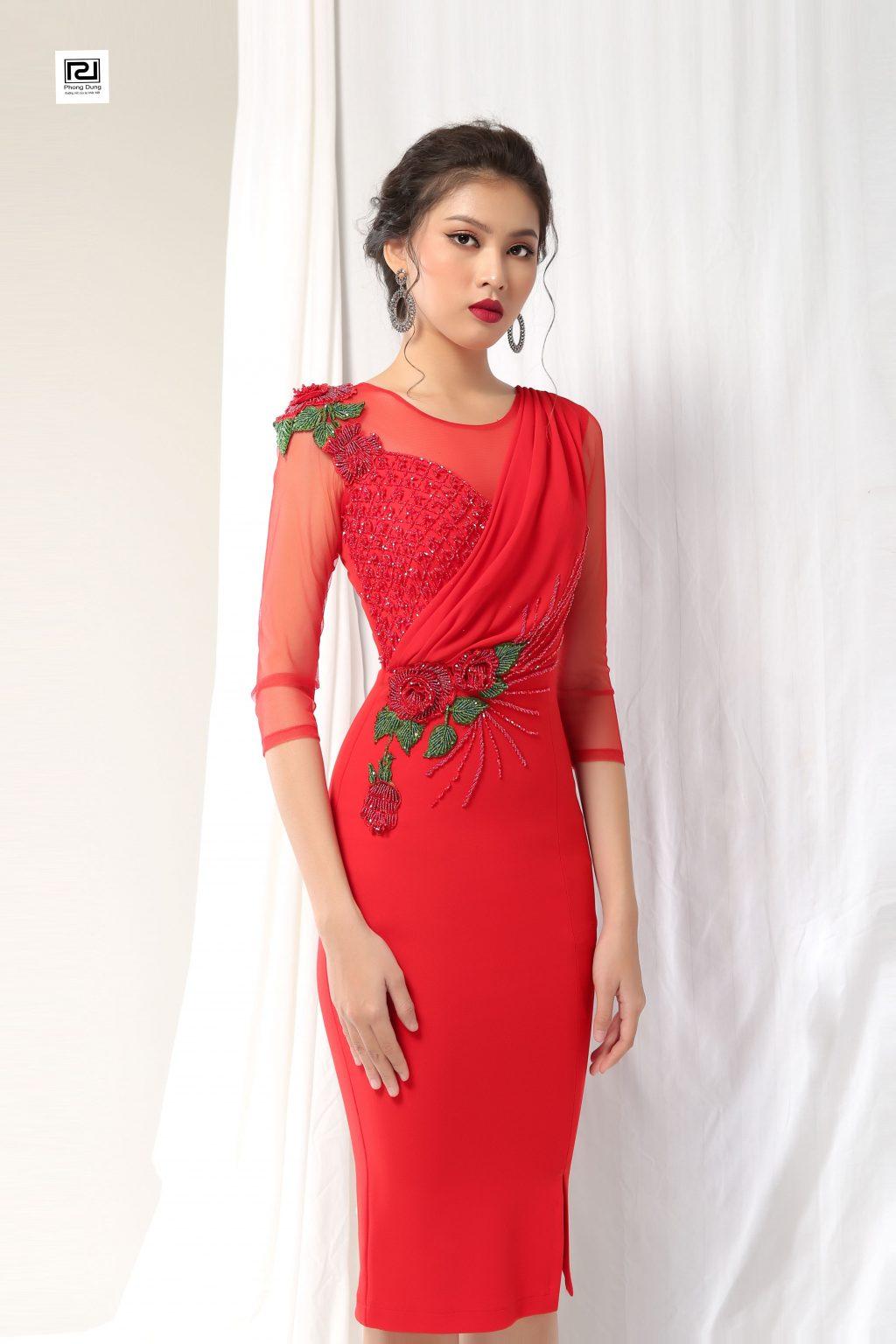 Người mẫu mặc váy đỏ dài