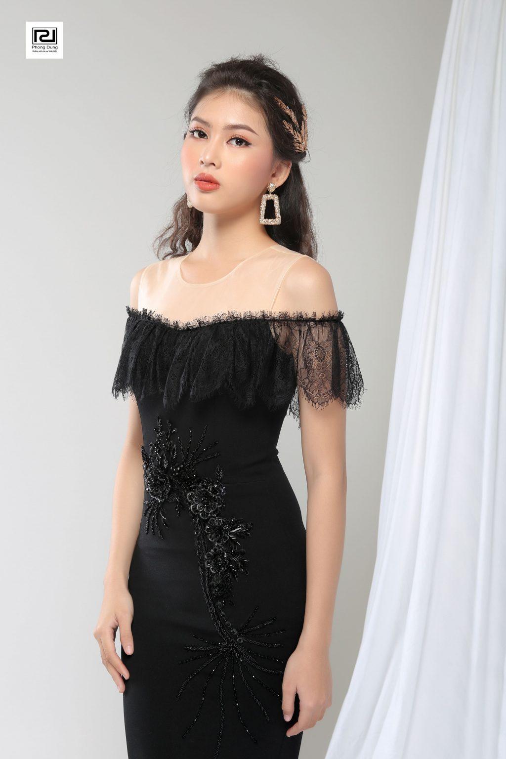 Người mẫu mặc váy hở vai ren đen mang hoa tai hình chữ nhật