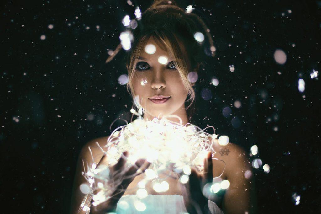 cô gái với dây đèn