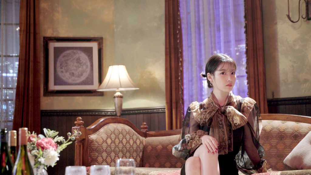IU đầm nâu xuyên thấu hotel del luna thời trang trong phim