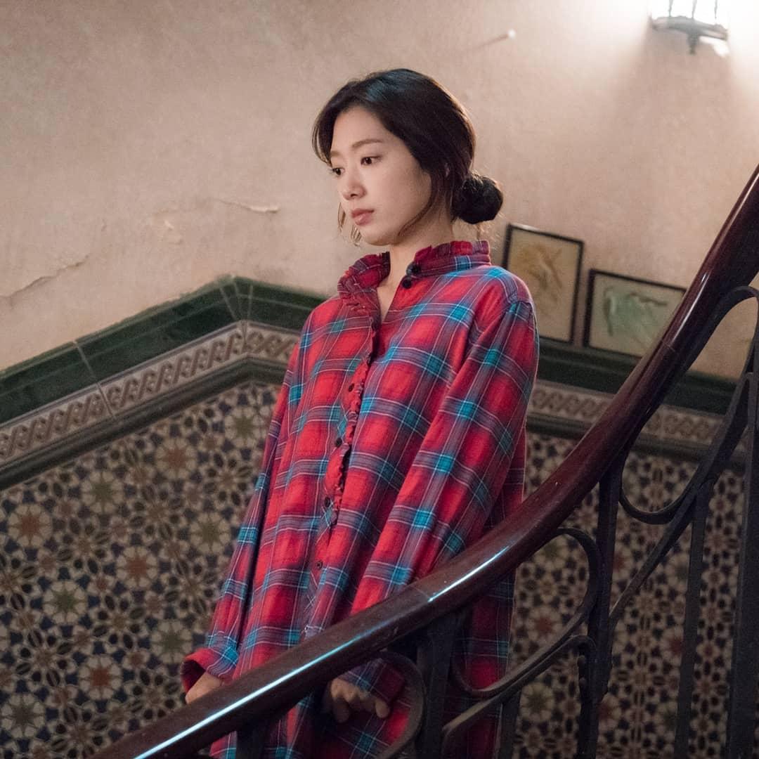 park shin hye áo sơmi kẻ ô đỏ