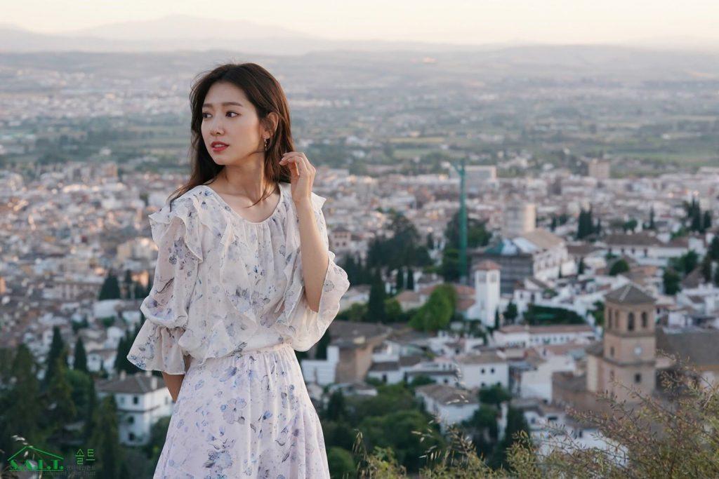 park shin hye đầm hoa trắng xanh