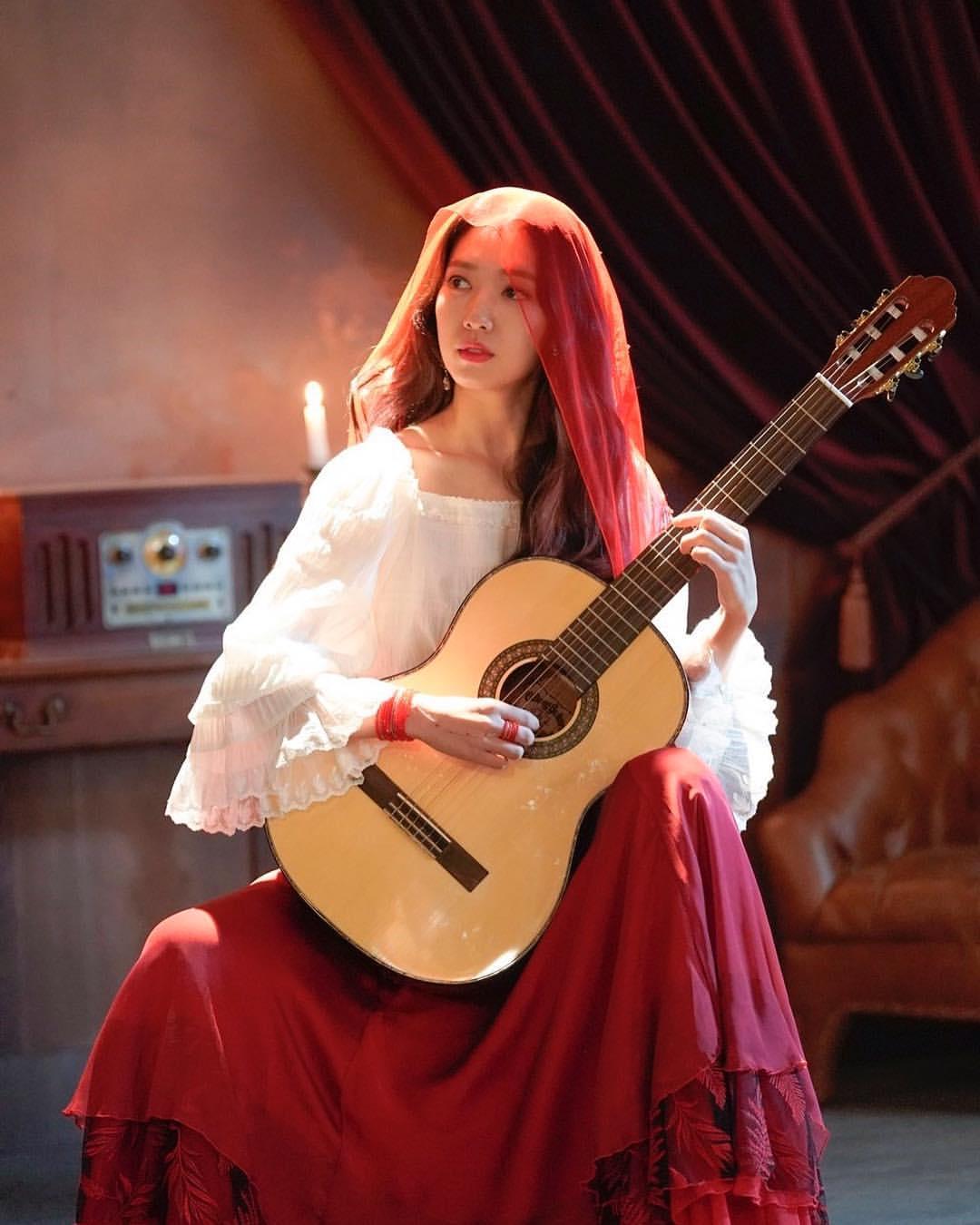 park shin hye đàn ghita chân váy đỏ khăn đỏ