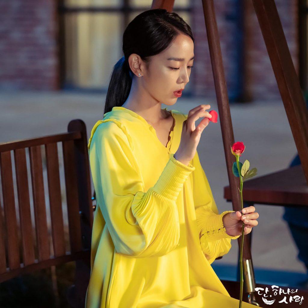 shin hye sun đầm vàng hoa hồng đỏ