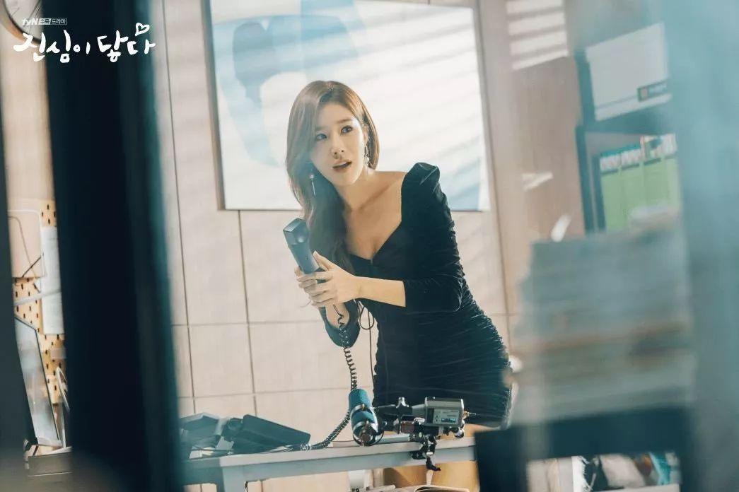 yoo in na đầm đen bodycon thời trang trong phim