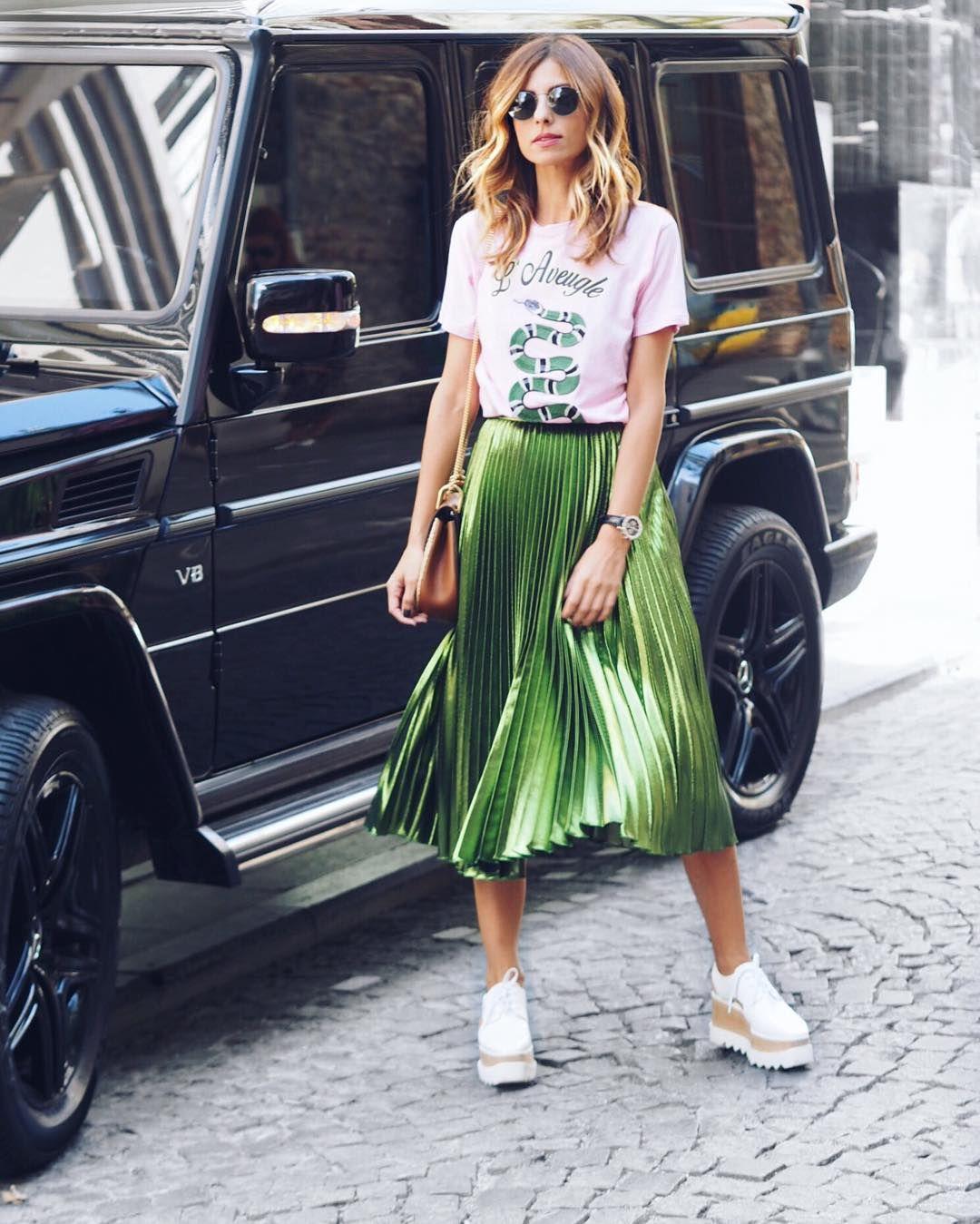 Áo thun trắng kết hợp cùng chân váy xanh