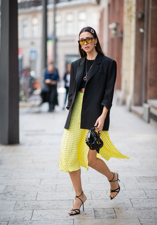 Áo thun đen kết hợp cùng chân váy mù tạt