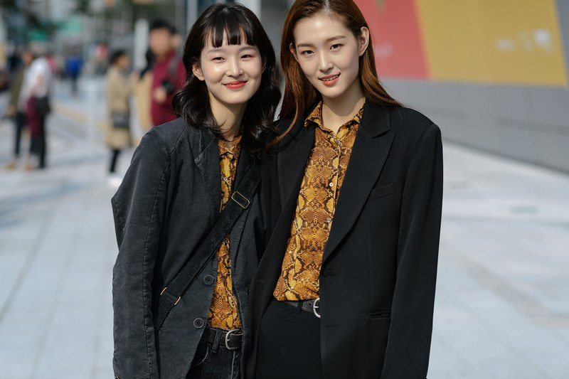 cách phối đồ ăn ý với bạn thân - fashionista hàn mặc sơ mi họa tiết và áo blazer đen