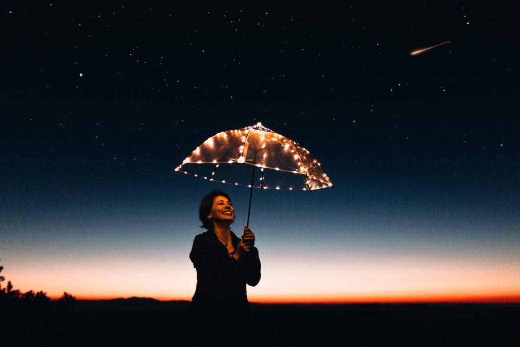 cô gái cầm chiếc dù gắn đèn