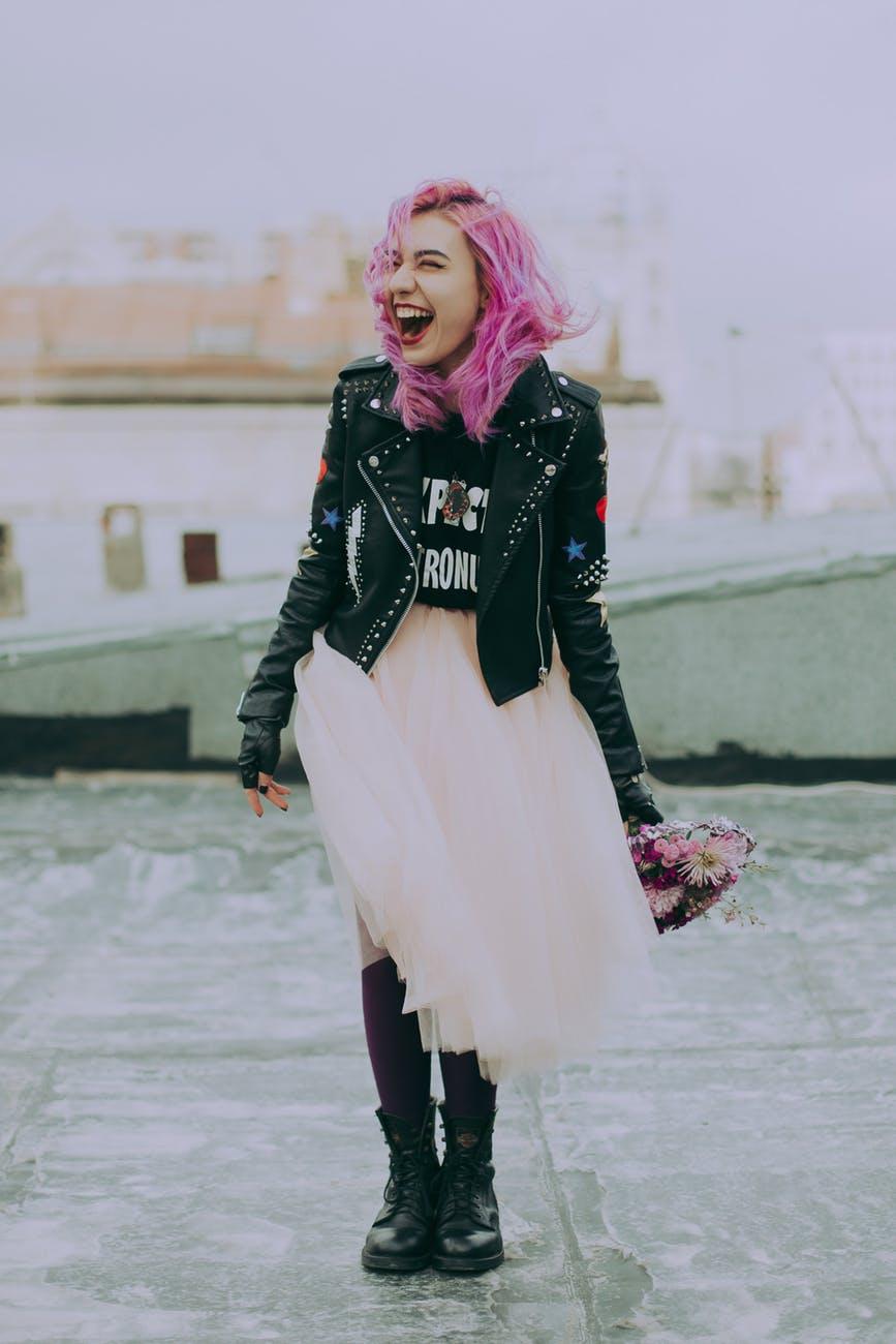 cô gái tóc hồng cầm hoa