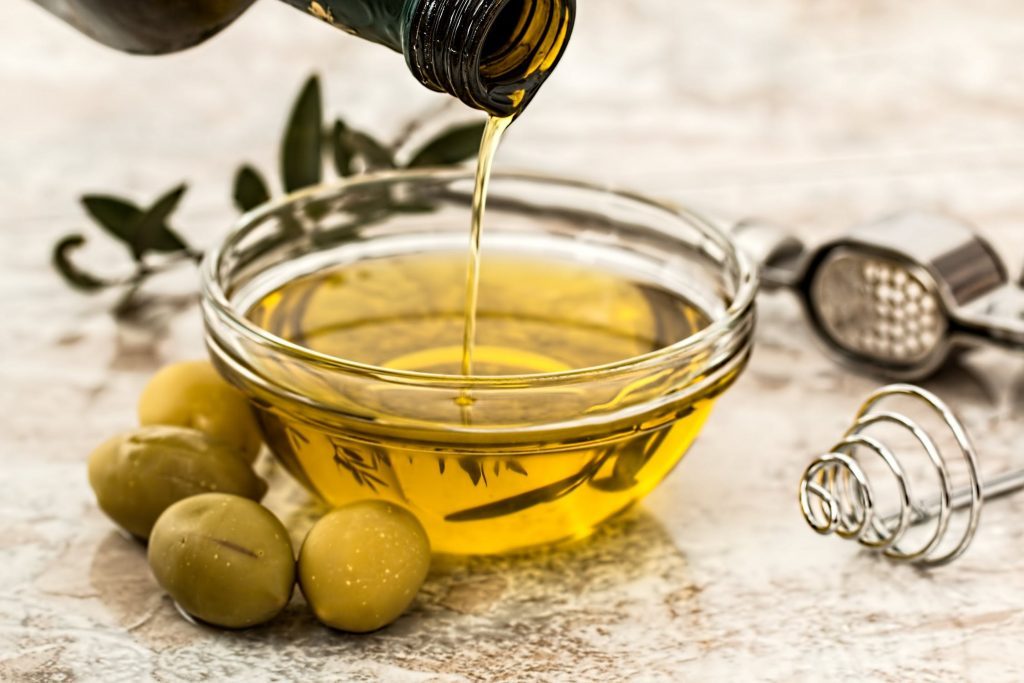tẩy tế bào chết từ dầu olive trước khi thoa son lì