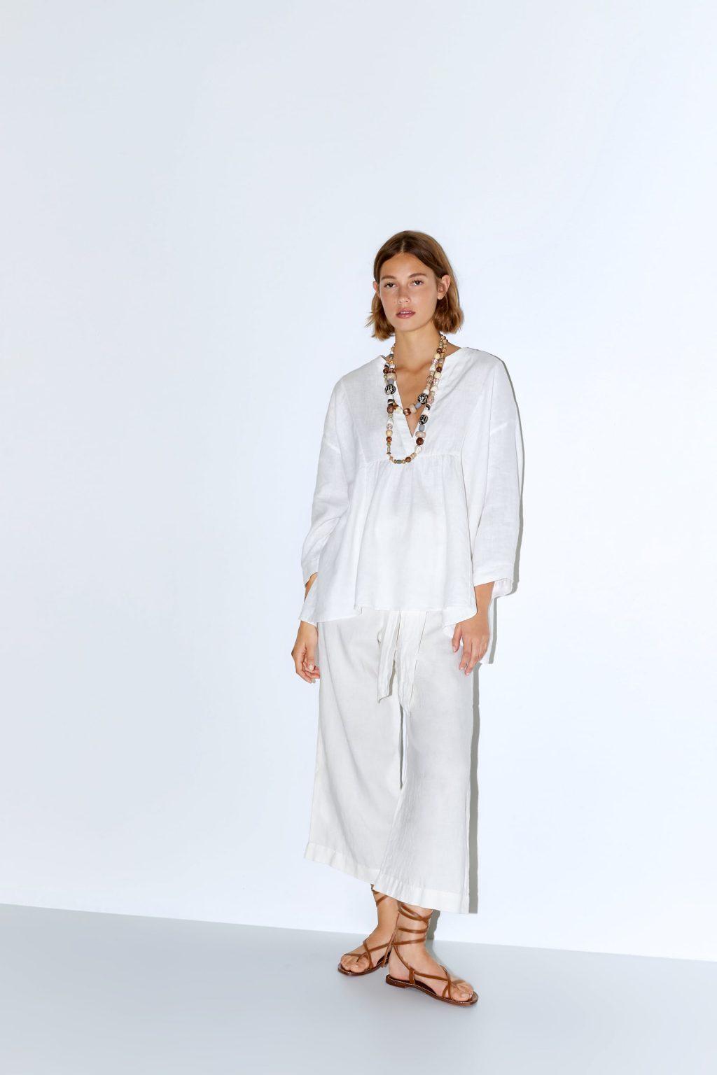 trang phục linen - áo phom rộng và dây chuyền