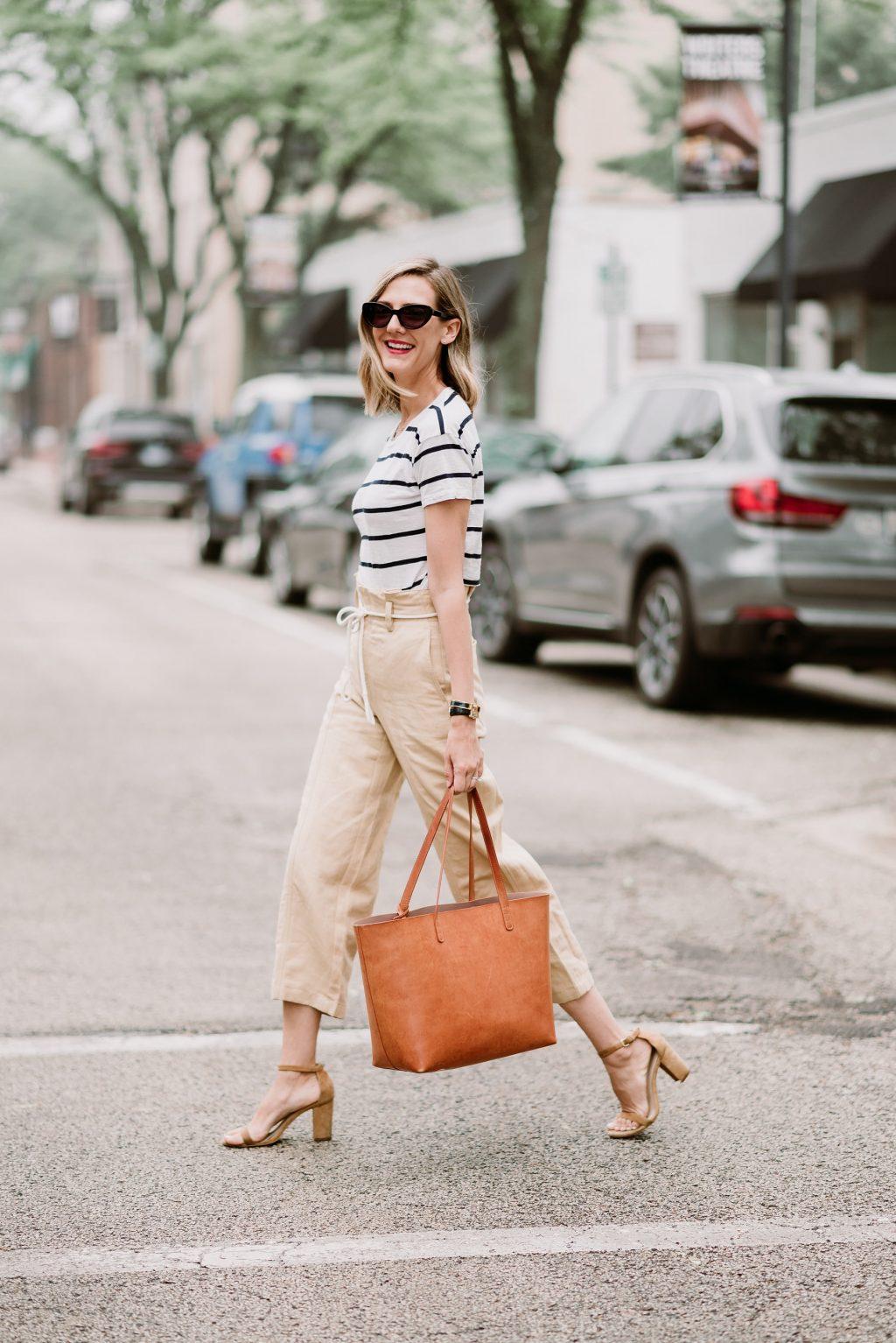 trang phục linen - quần ống suông và áo thun kẻ ngang