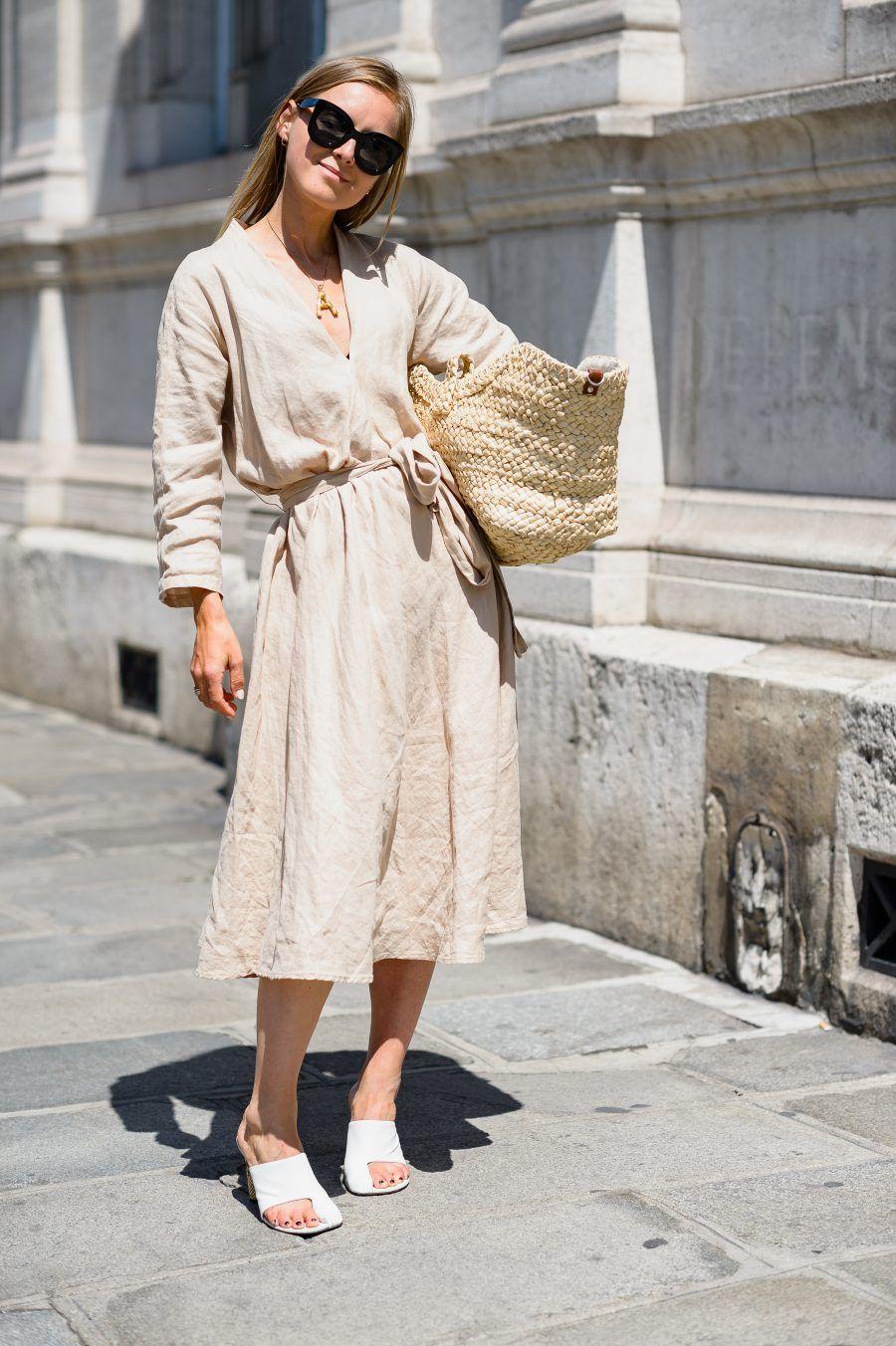trang phục linen - đầm linen màu be và túi cói