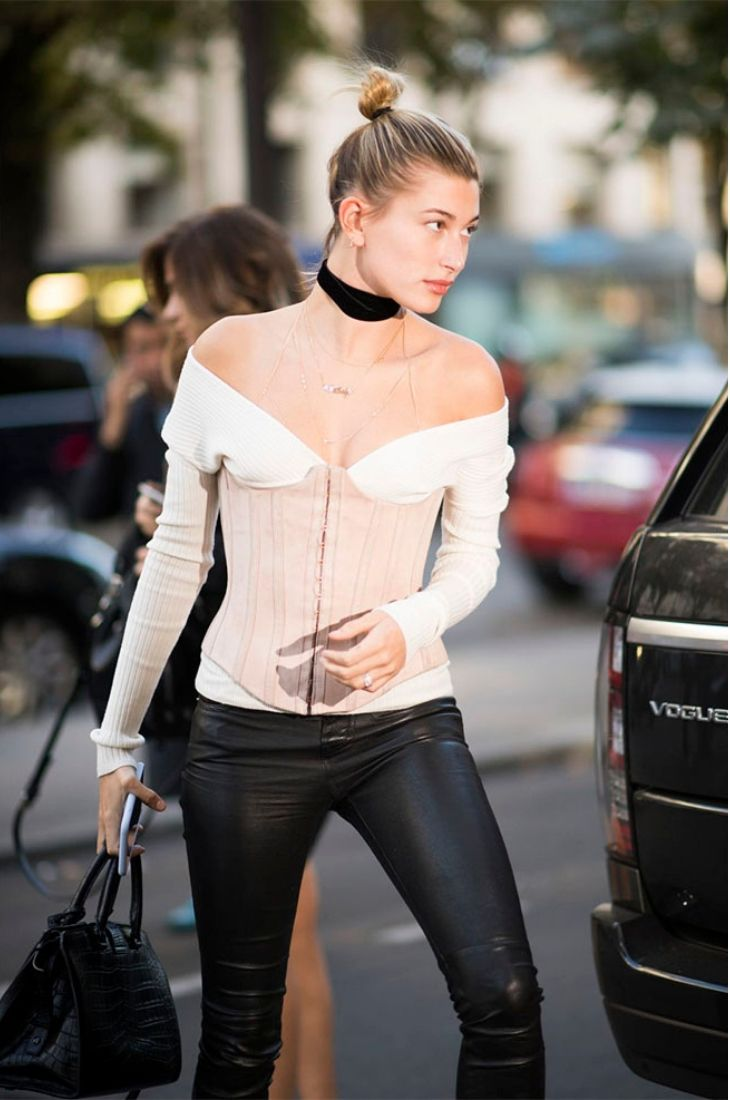 Hailey Bieber trong thiết kế pointed corset