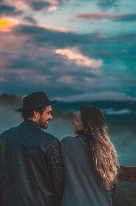 cặp đôi ngồi trên núi nhìn nhau