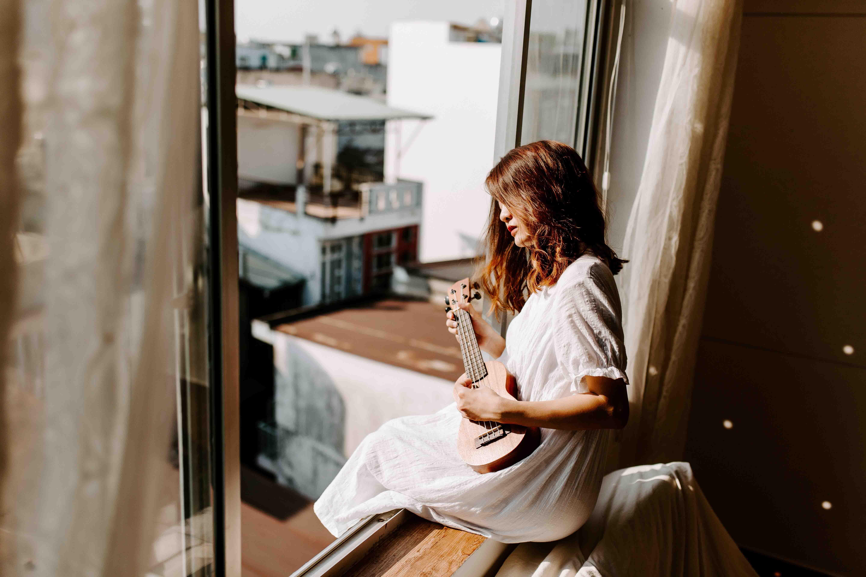 cô gái chơi đàn