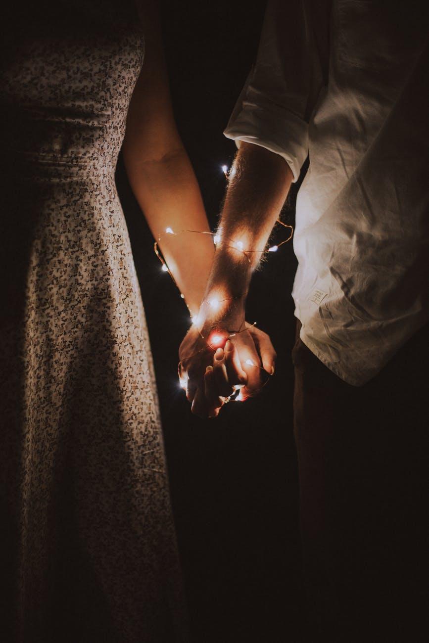 hai người nắm tay nhau