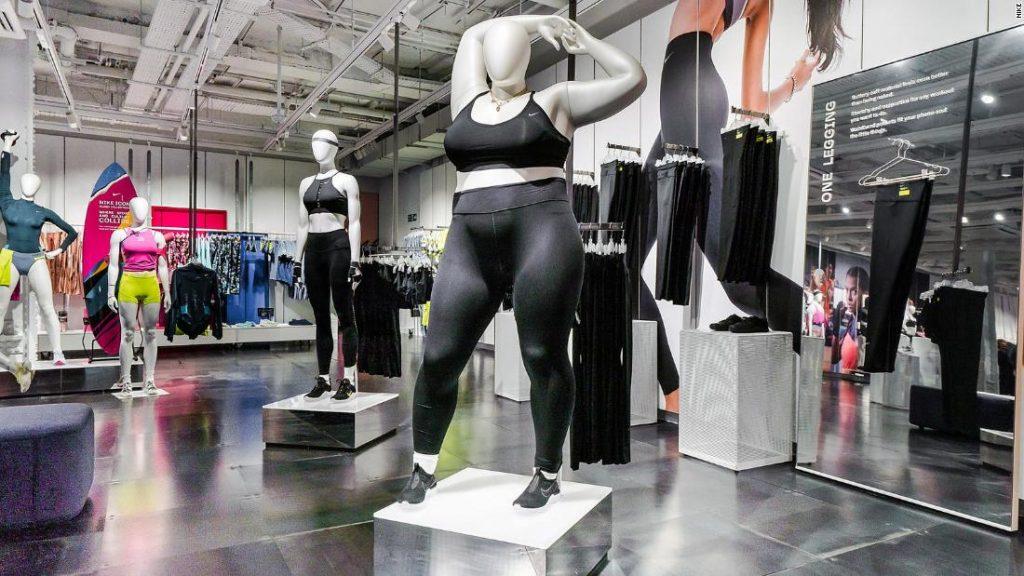 Nike tăng doang số bằng cách thu hút khách hàng với hình nộm khủng.