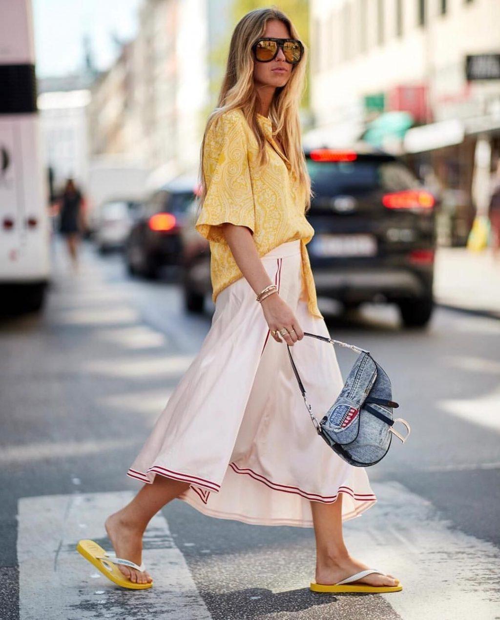 Fashionista mang dép xỏ ngón vàng cùng túi Dior