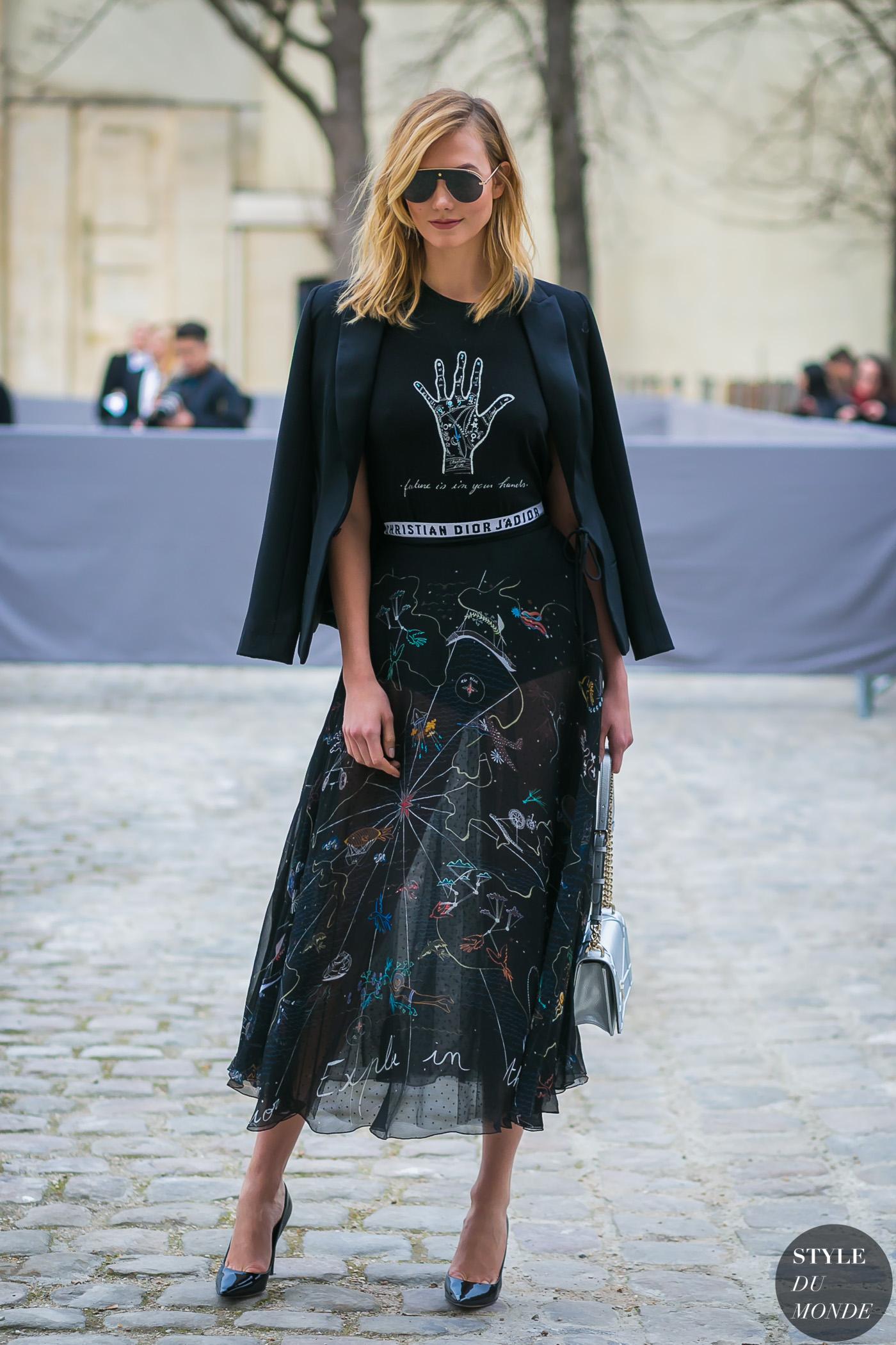Karlie Kloss diện chân váy cùng áo thun đen