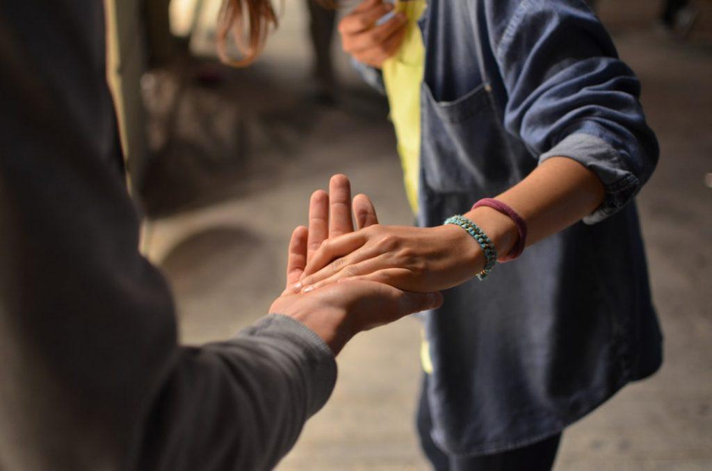 nam nữ nắm tay trên phố