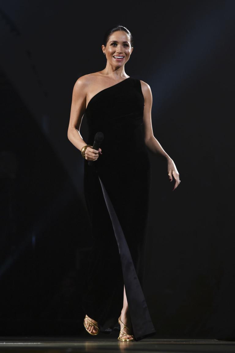 công nương meghan mặc đầm Givenchy màu đen The Fashion Awards 2018