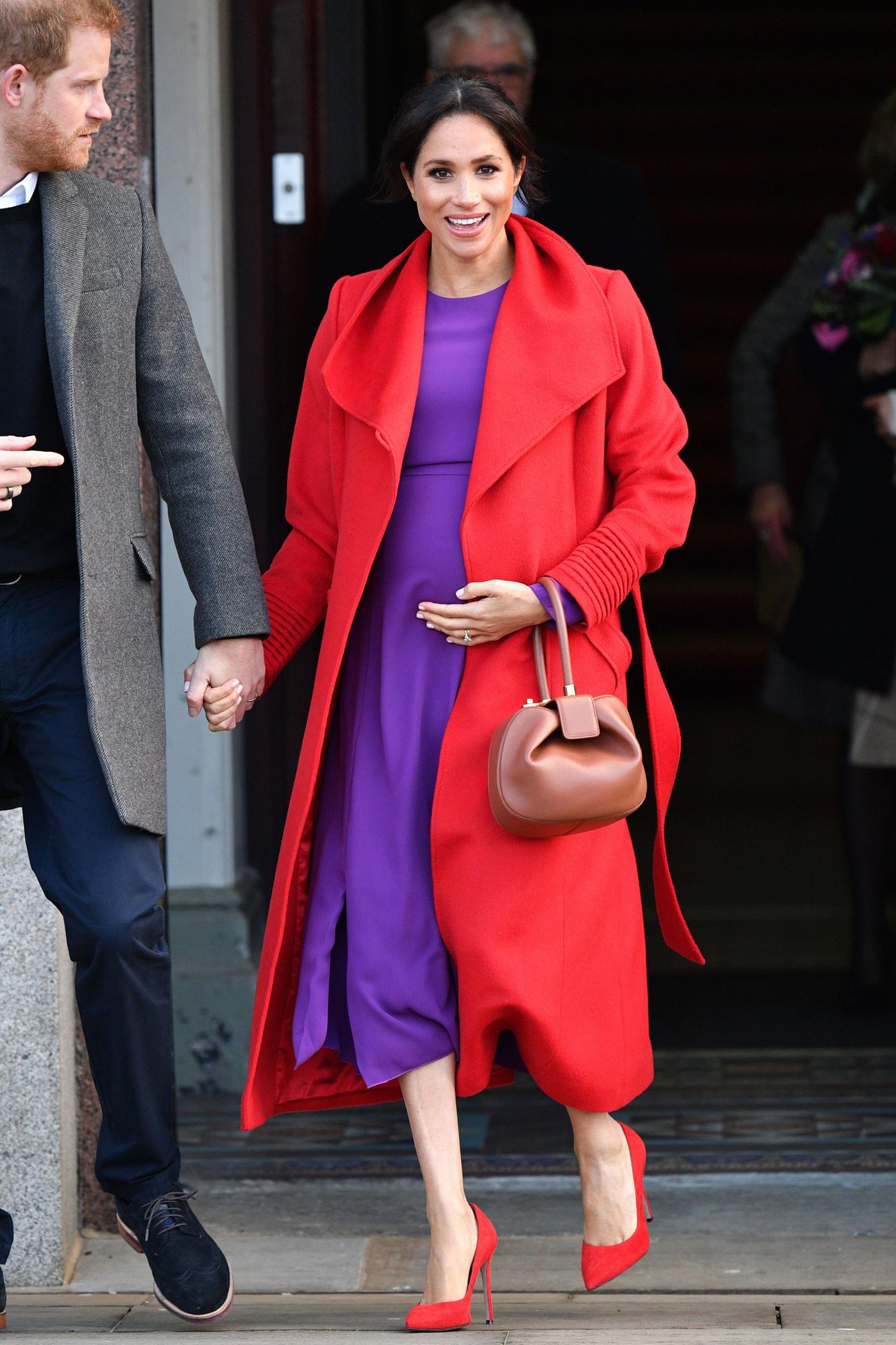 công nương meghan mặc váy tím và áo khoác đỏ