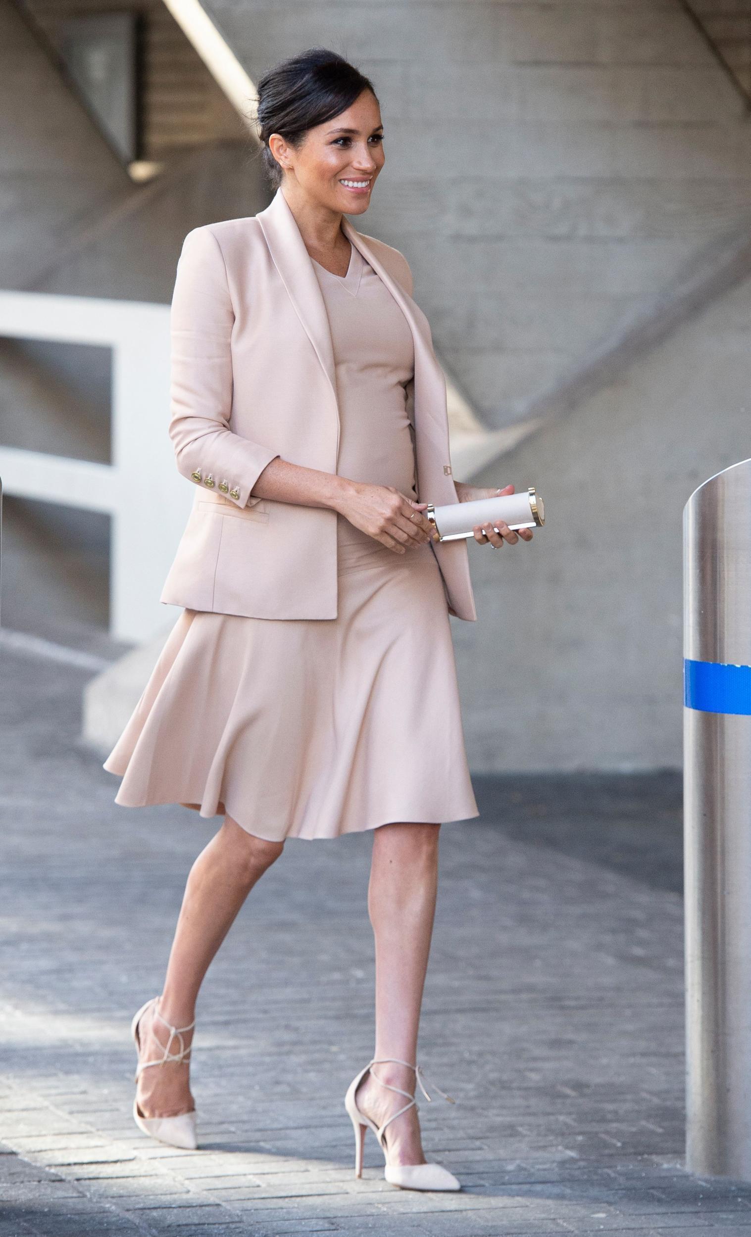 meghan mặc đầm và áo khoác màu be