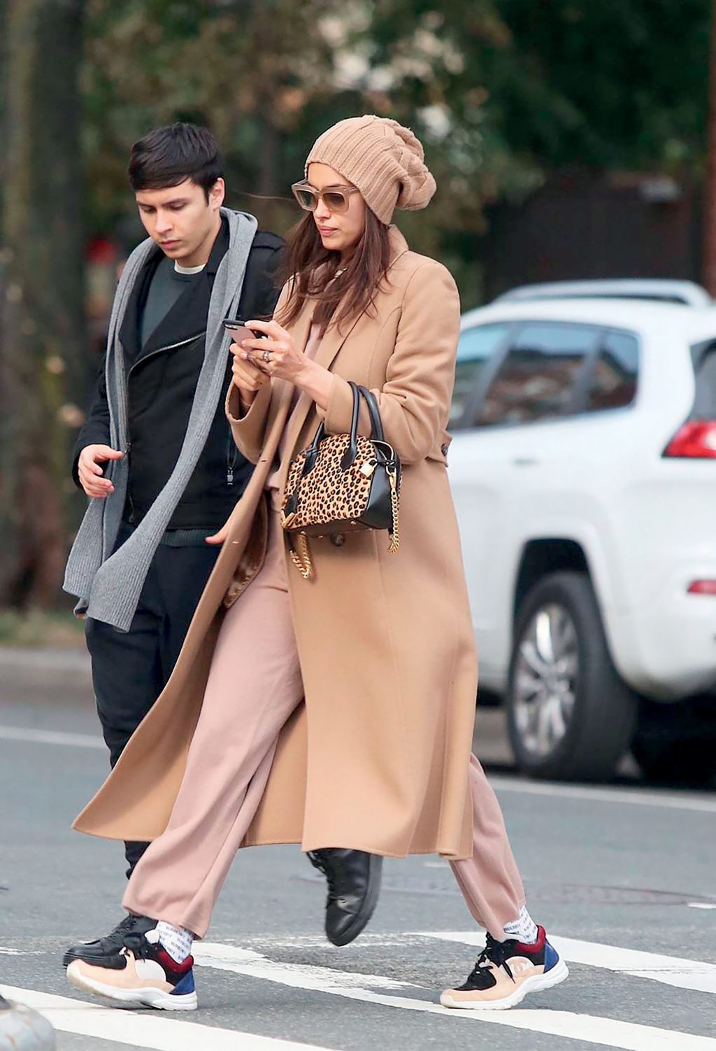 Irina Shayk mặc trang phục màu be và giày sneakers