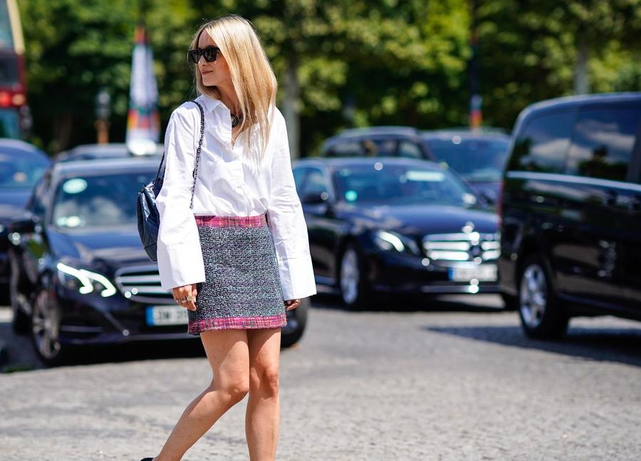 cô gái phối áo sơ mi bạn trai cùng chân váy