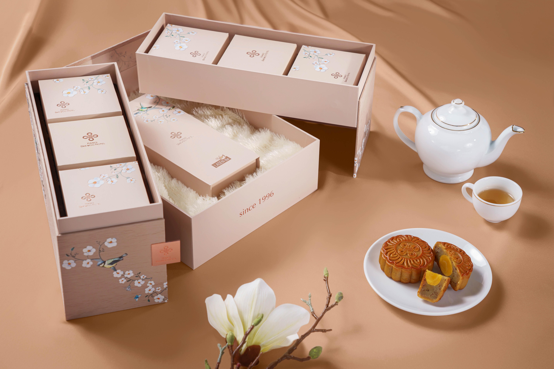 Họa tiết hoa mai trắng nổi bật trên nền gỗ màu kem nhã nhạn như một bức họa nghệ thuật.
