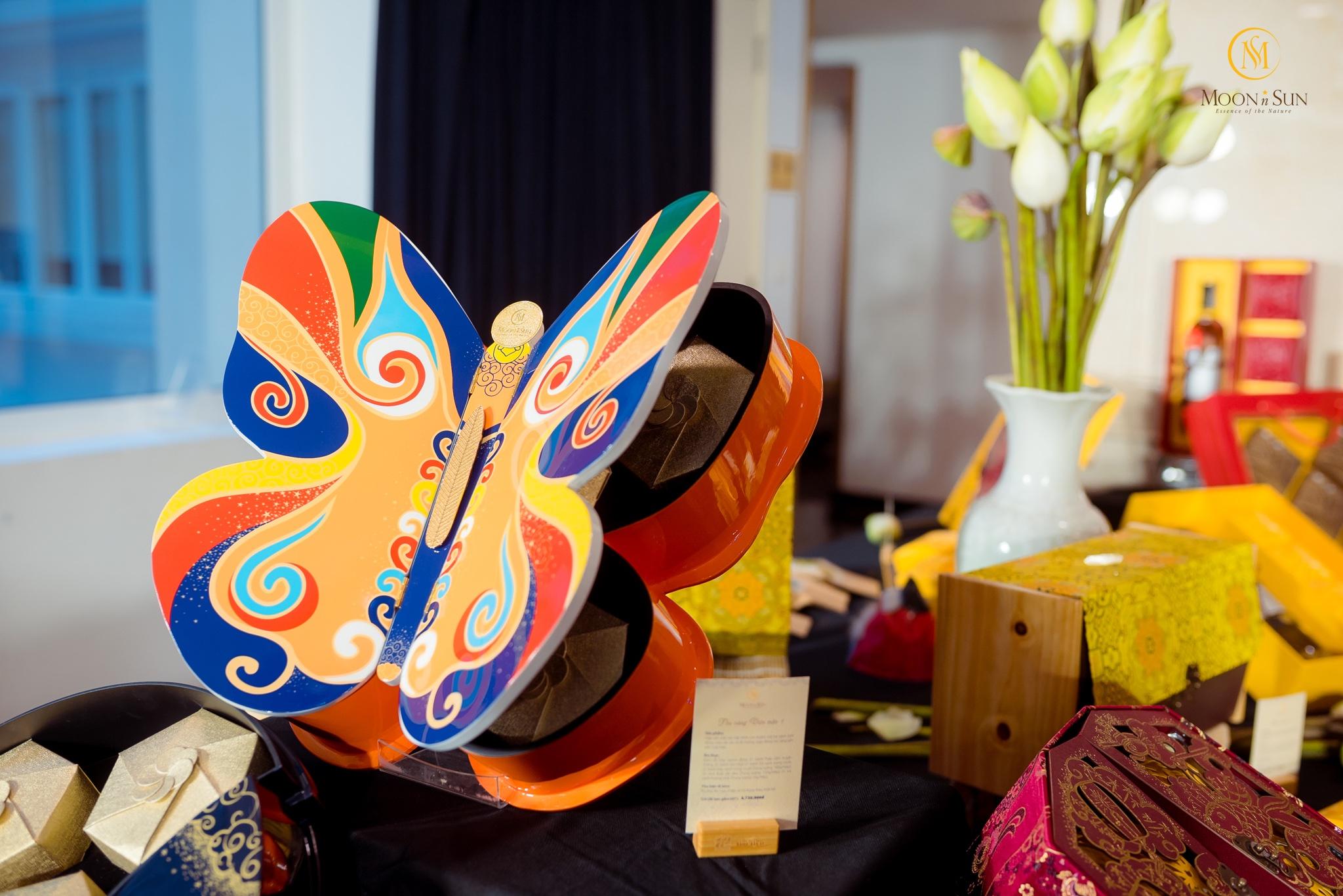 Hộp bánh được chế tác thành hình những cánh bướm cầu kỳ, tỉ mỉ và công phu chứa đựng bao tâm huyết của người trao tặng.