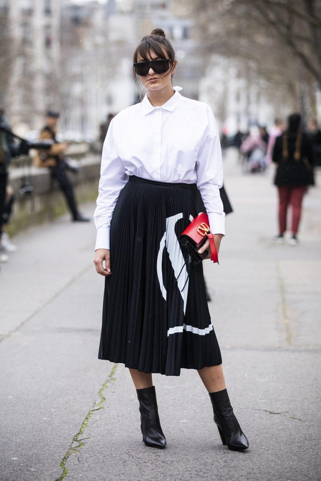 fashionista mặc áo sơmi trắng và chân váy đen valentino