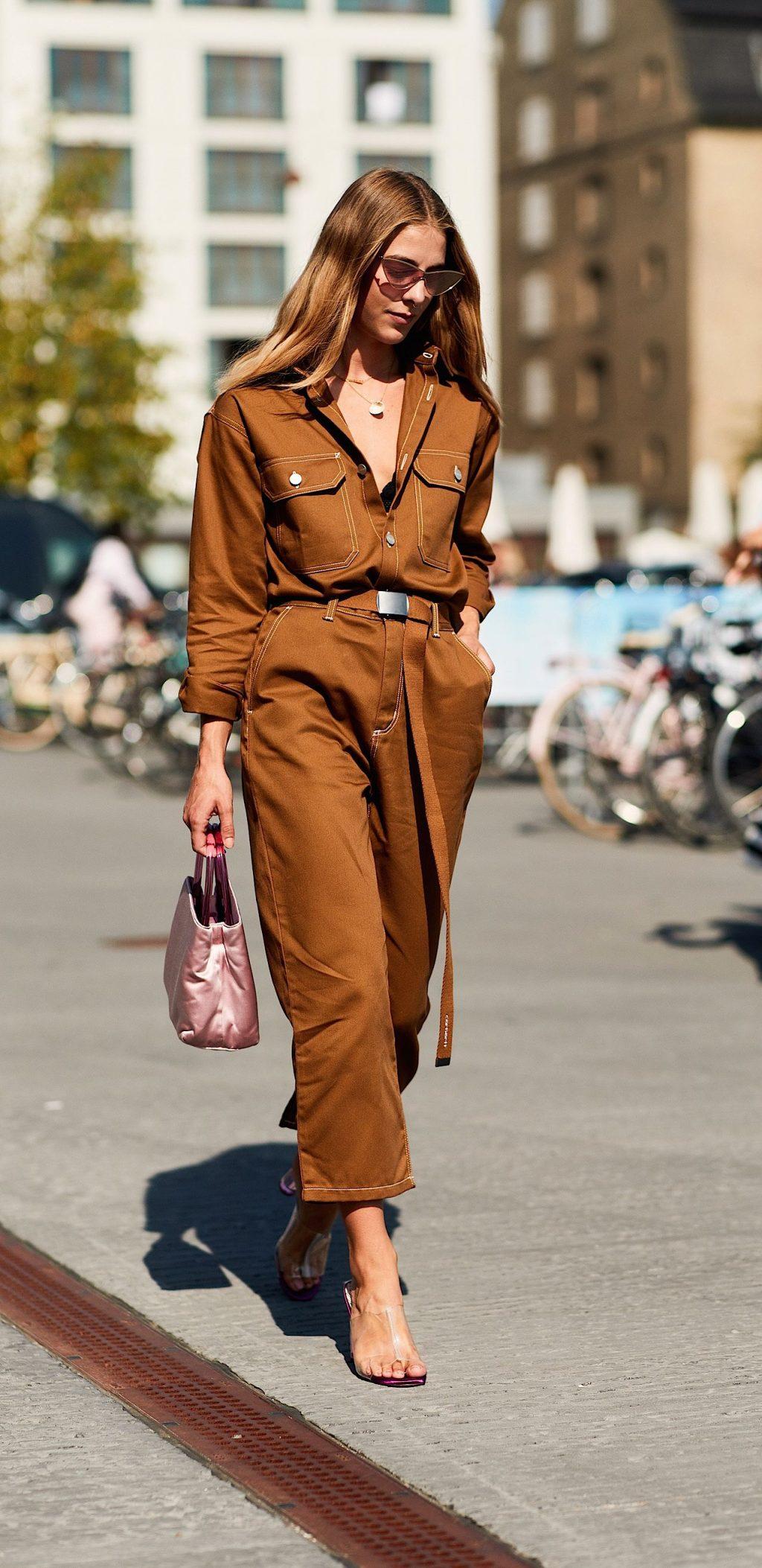 fashionista mặc jumpsuit màu nâu và giày cao gót
