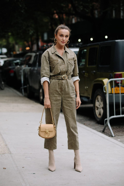 cô gái mặc jumpsuit màu quân đội