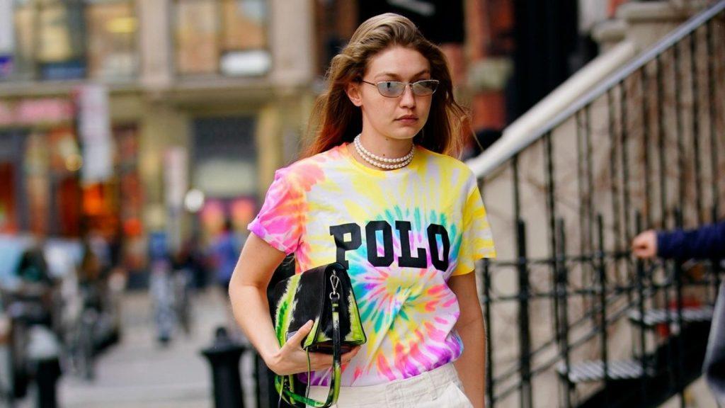 xu hướng thời trang - gigi hadid áo thun polo tie dye và túi tie dye