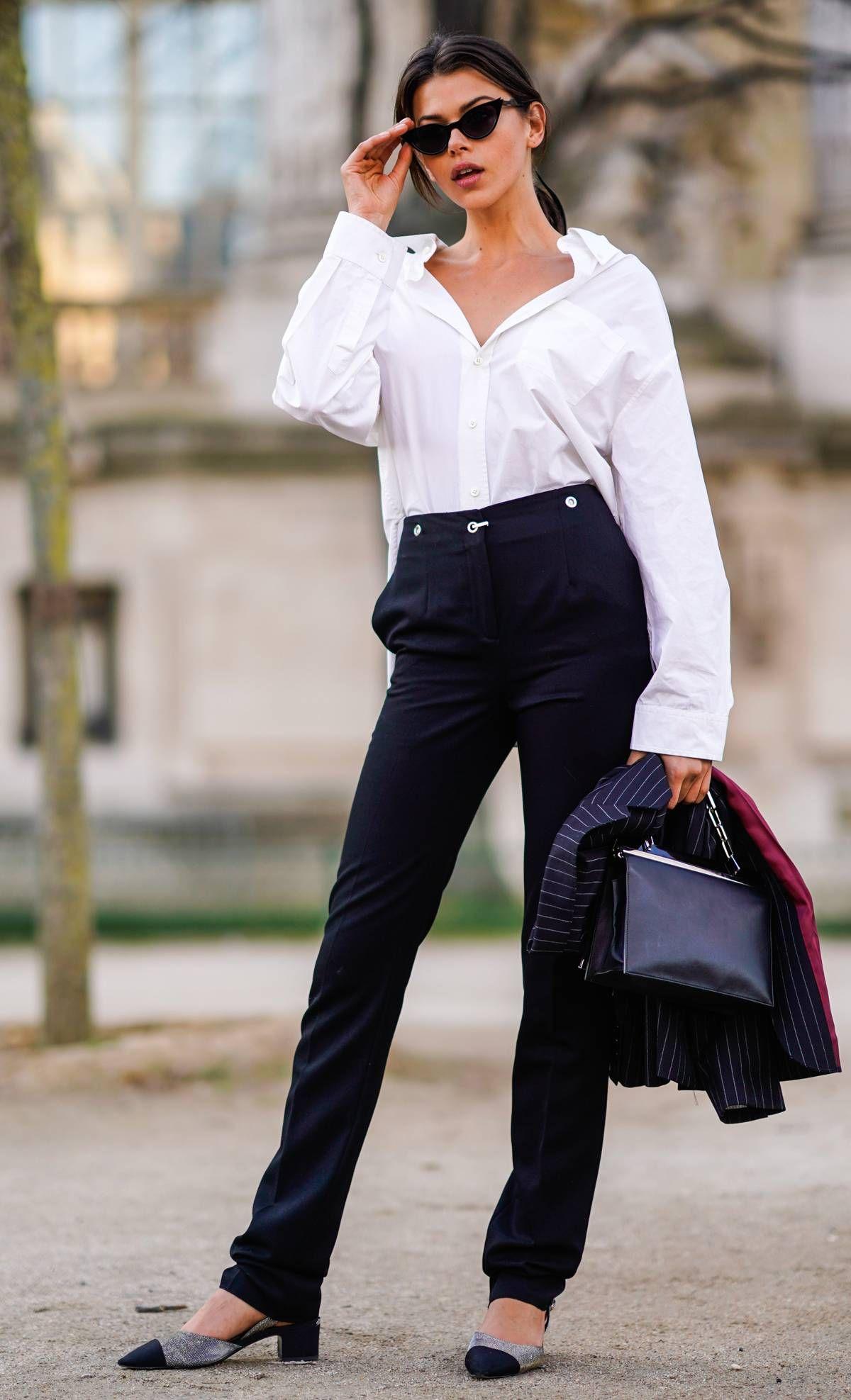 fashionista mặc áo sơmi trắng và quần tây đen