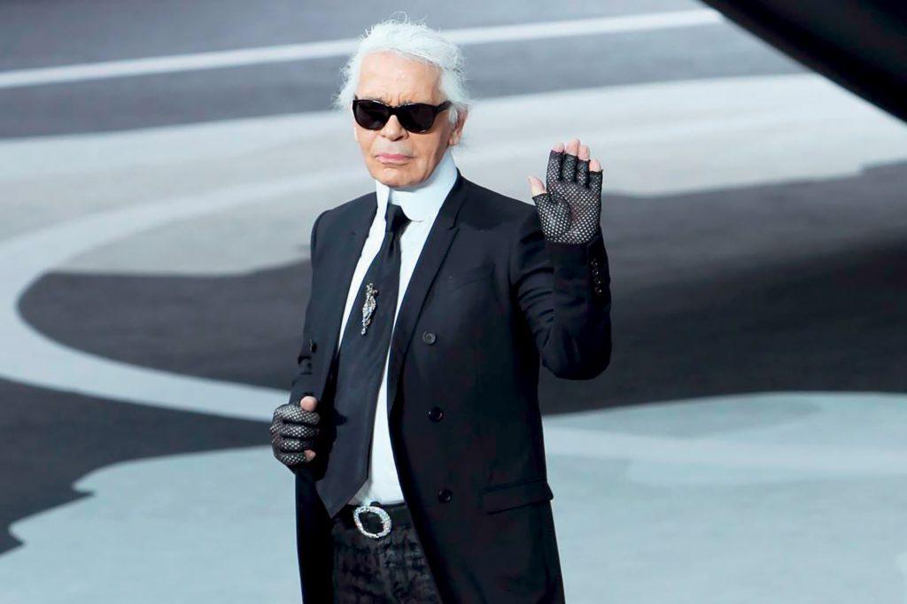 phong cách thời trang - karl lagerfeld mặc suit đen và kính đen