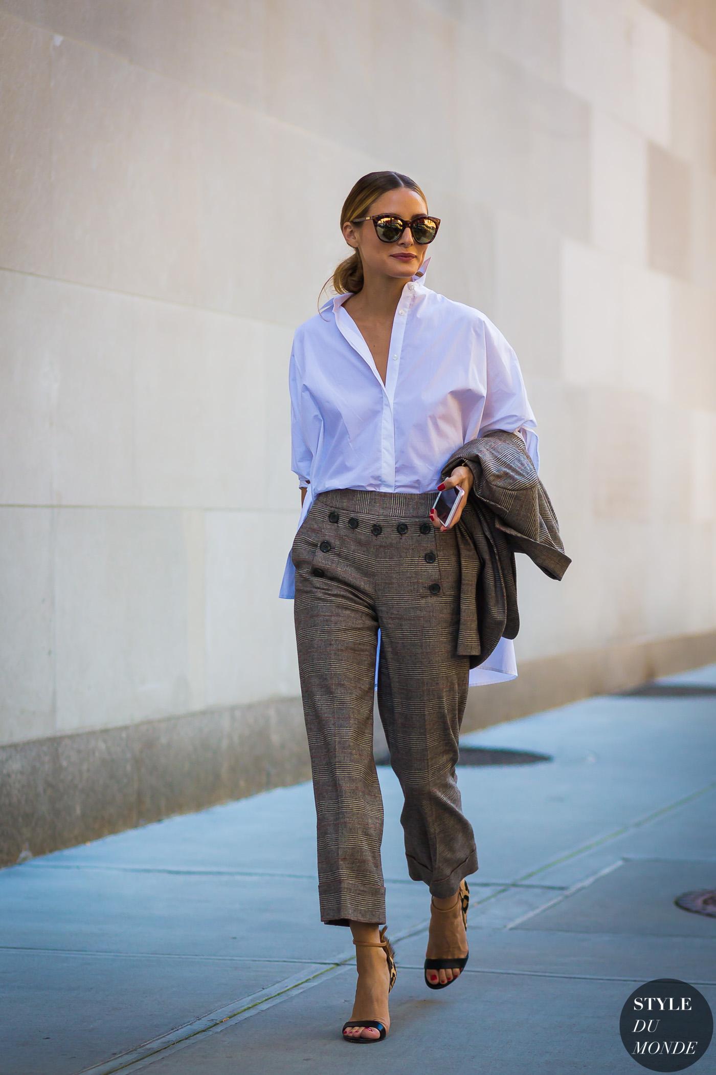 olivia palermo mặc áo sơ mi trắng và quần ống rộng