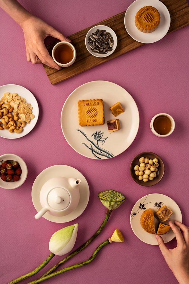 Thưởng thức những vị bánh mới bên tách trà thơm đem đến dư vị ngọt ngào cho mùa Trăng tròn.