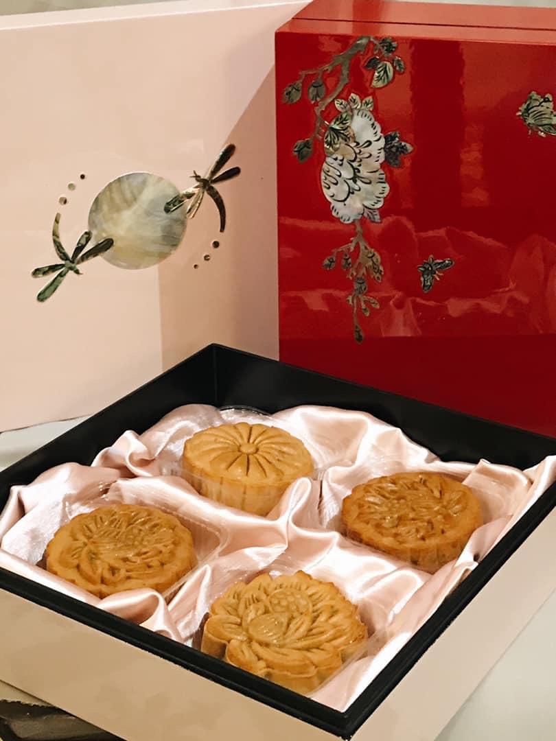 Bánh Trung Thu tươi được cầu kỳ đặt trong những hộp sơn mài khảm trai rất tinh xảo.