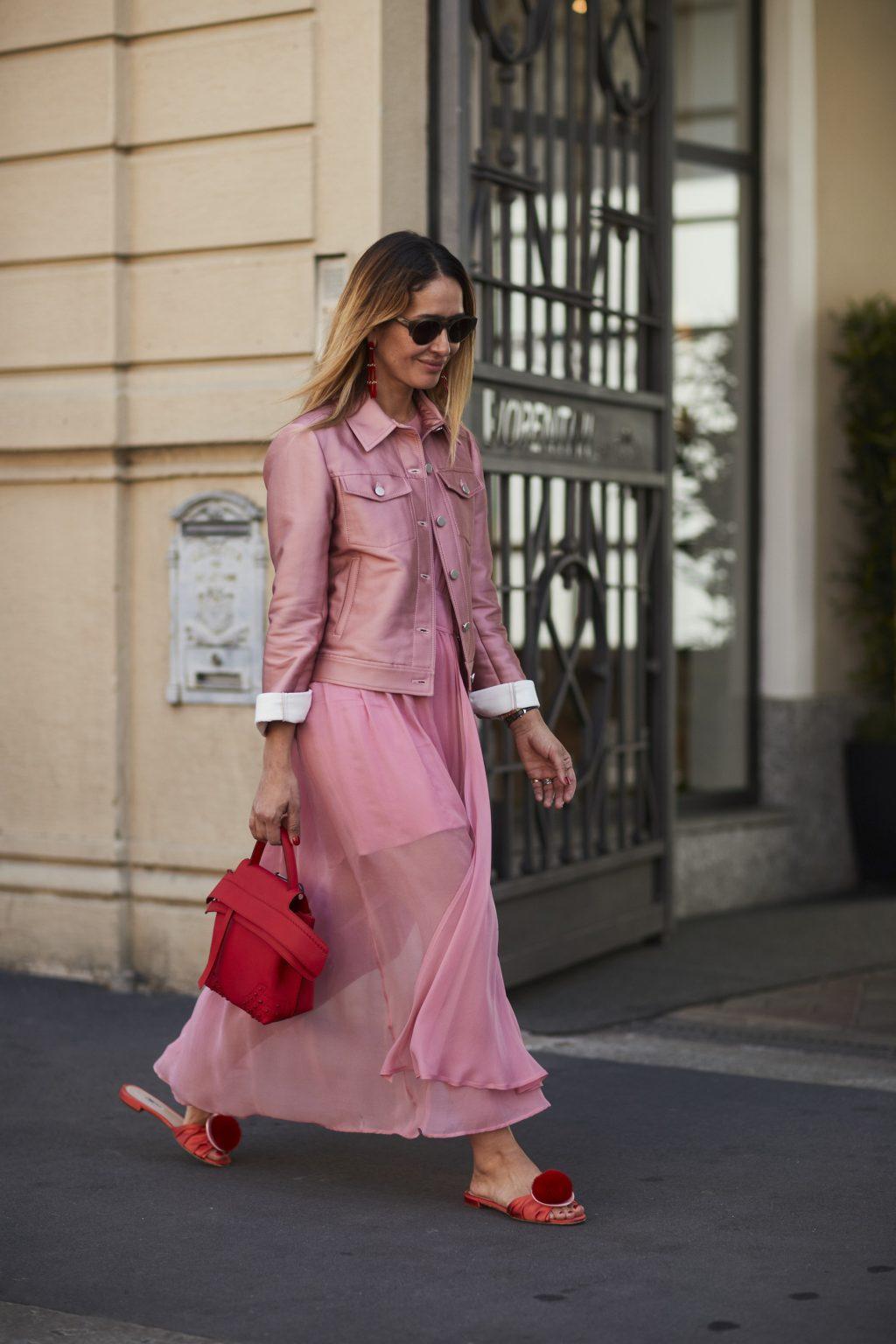 Fashionista mặc chân váy màu hồng và áo khoác