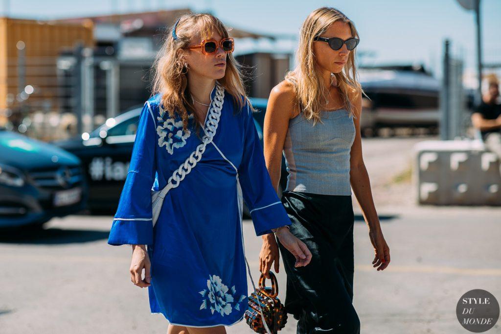 Fashionista mặc váy suông dài tay màu xanh navy hoa trắng